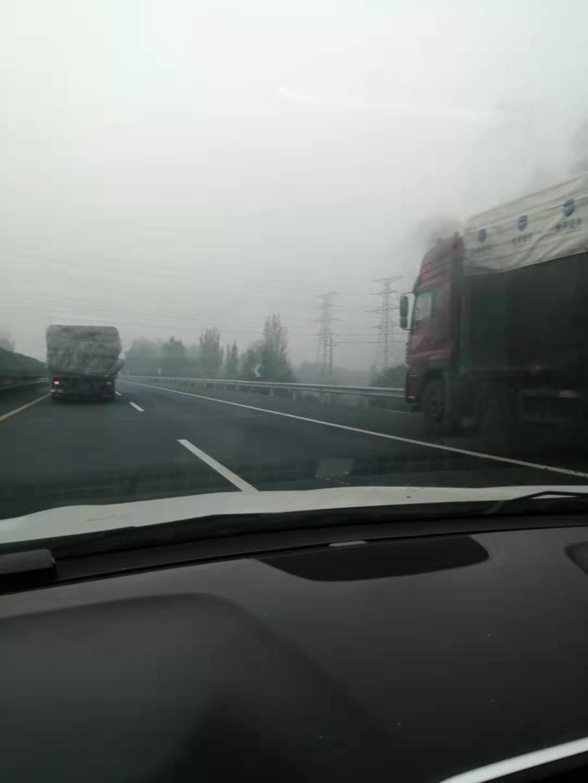 注意!长济高速济源段一大货车发生自燃 现场黑烟滚滚