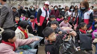 爱心捐助贫困学生 情暖冬日守望成长