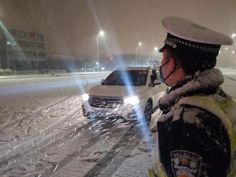 """平安守护 抗雪战""""疫""""郑州机场交警逆风前行坚守不退"""