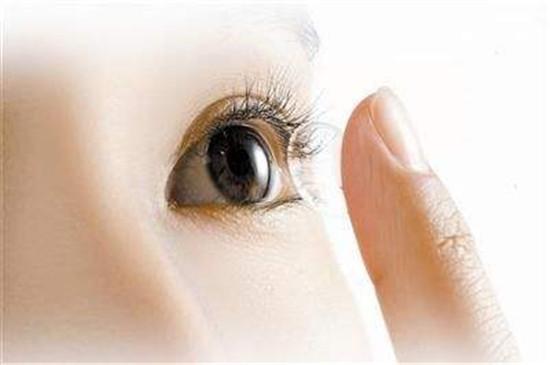 孩子近视急坏家长 医生:防控近视建议试配角膜塑形镜
