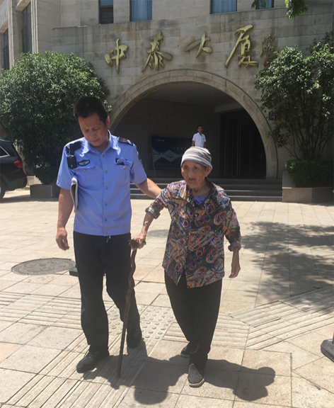 80多岁老人走失 幸被洛阳民警发现送回