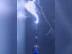 上海东方明珠被闪电击中?