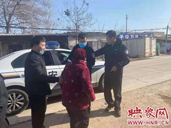 漯河:寒冬老人迷路 暖心民警帮助回家