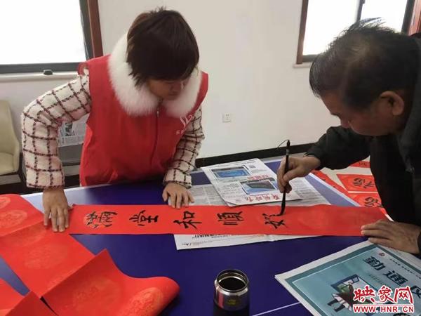 """新郑市妇联开展""""情暖腊八""""送""""福""""活动"""
