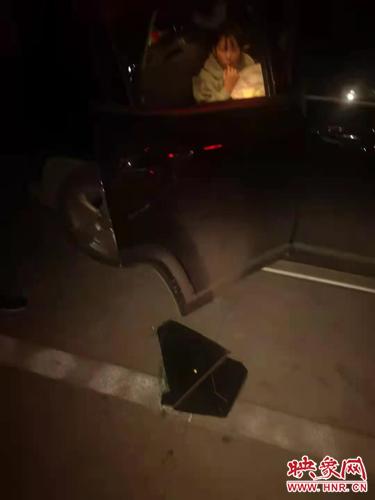 孩子被困车内一小时 南阳机场公安果断破窗营救