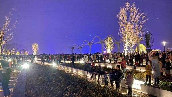 """元旦假期 驻马店市人民公园音乐喷泉灯光秀 引市民争相""""打卡"""""""