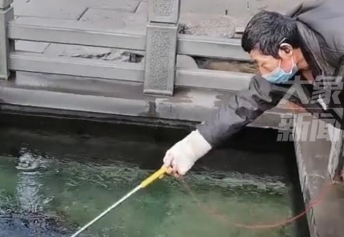 大爷自制工具从许愿池捞硬币