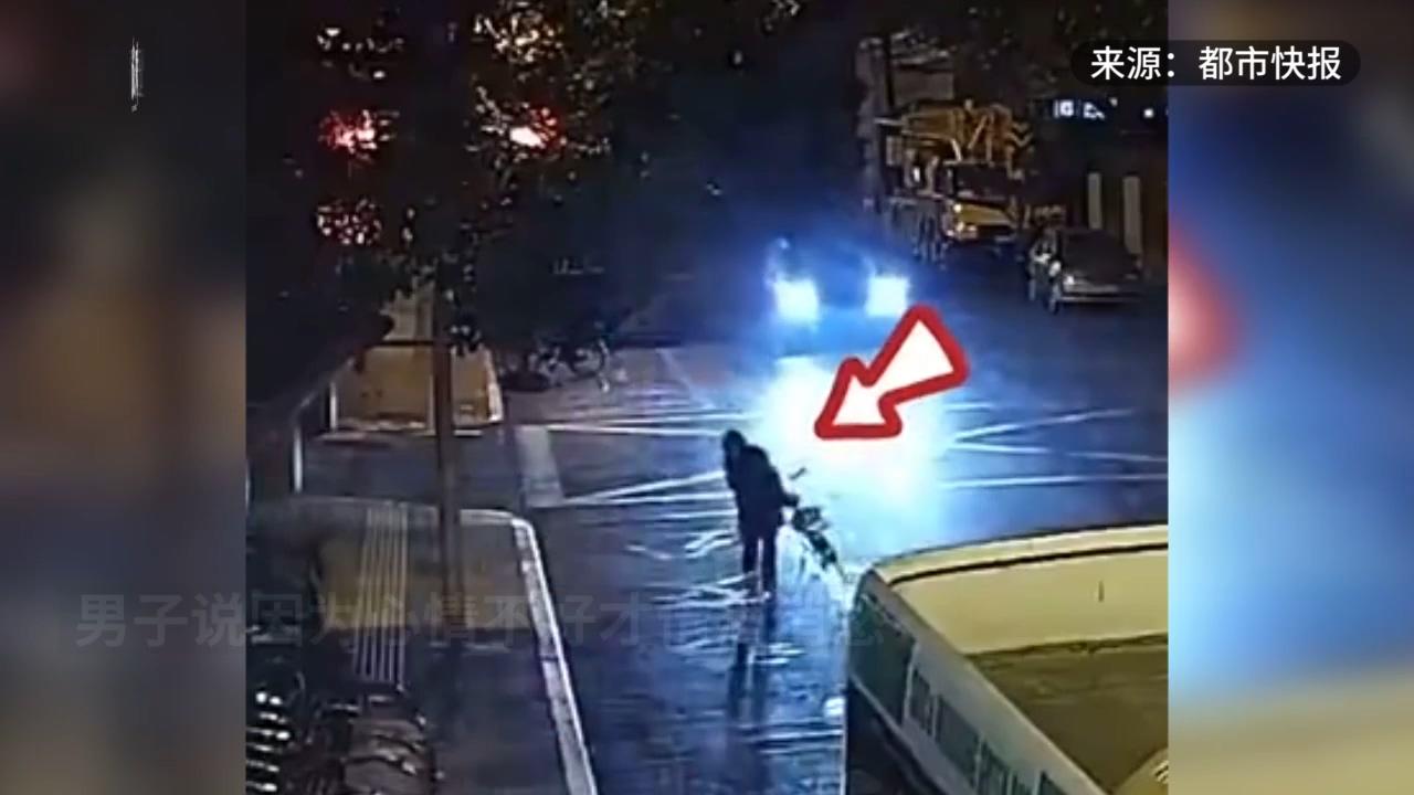 男子醉倒街头,好心人围起共享单车保护