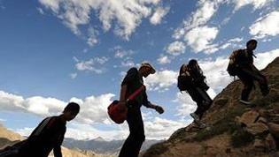 登高爬山有讲究 这样避免膝盖疼
