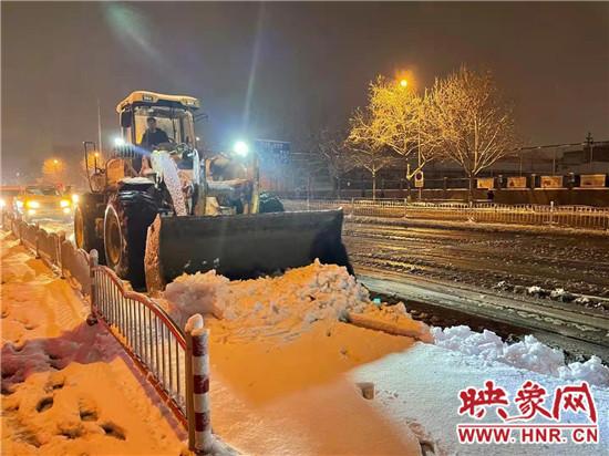 管城区城市管理局连夜清理积雪 为市民出行保驾护航
