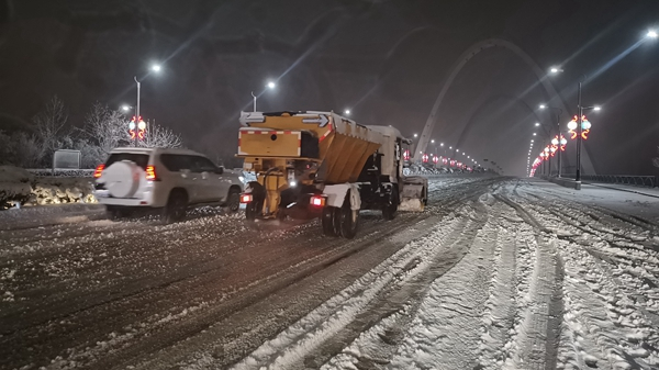 开封示范区城管局迅速开展清雪铲冰工作