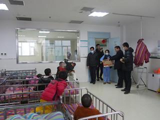 全国劳动模范马豹子到金庚医院看望孤残儿童