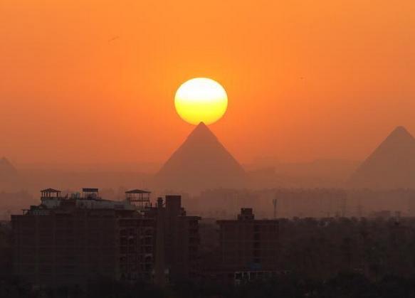 日落金字塔