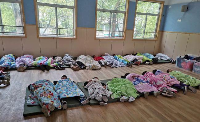 """多地学校午休课让学生午休""""躺睡"""""""
