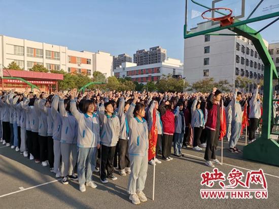 立鸿鹄之志?享奋斗青春?新蔡县实验中学高二年级举行升旗仪式
