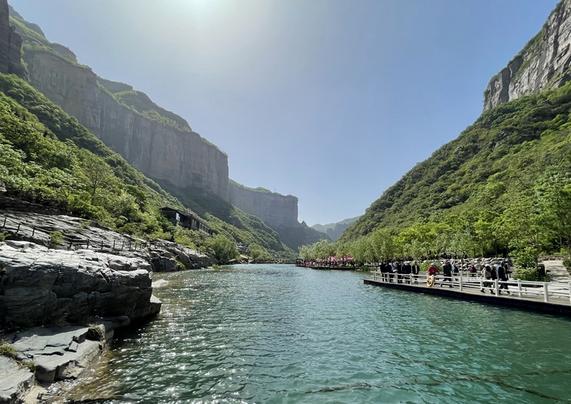 【沿着高速看河南】高速公路带动旅游经济 河南宝泉景区游客爆棚