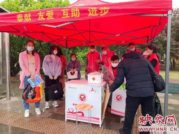 """口罩、一次性雨衣、应急药品……阴雨中郑州这个公交站点遮雨棚真""""暖"""""""