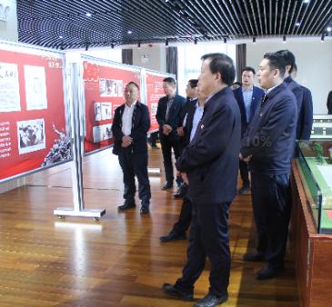 许昌市人民政府办公室参观党史图片展