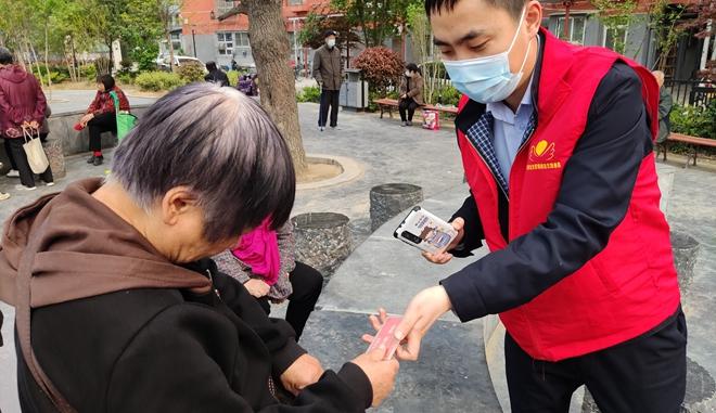 延伸服务到社区 郑州公交志愿者代审老年卡