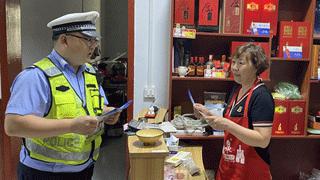 夏邑交警走进饭店超市开展暑期交通安全宣讲