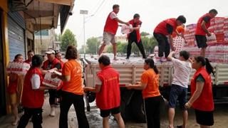 平舆县星火志愿者协会捐款捐物驰援一线