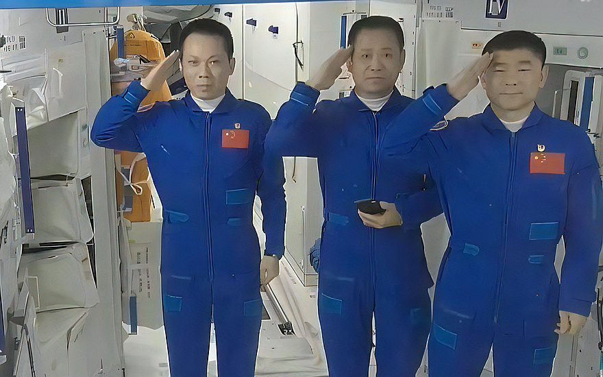 3位航天员离开空间站前敬礼致谢