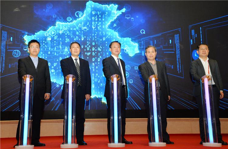 """2019河南省互联网大会""""互联网+智慧文旅""""专题大会昨日在郑举行"""