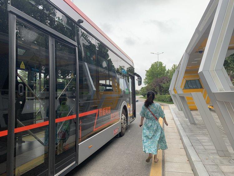 郑州东区自动驾驶公交1号线开始调试运营,市民可以免费乘坐体验