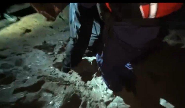 37分钟挽救生命!女孩海边轻生,救援队员从淤泥中将其抬抱出来