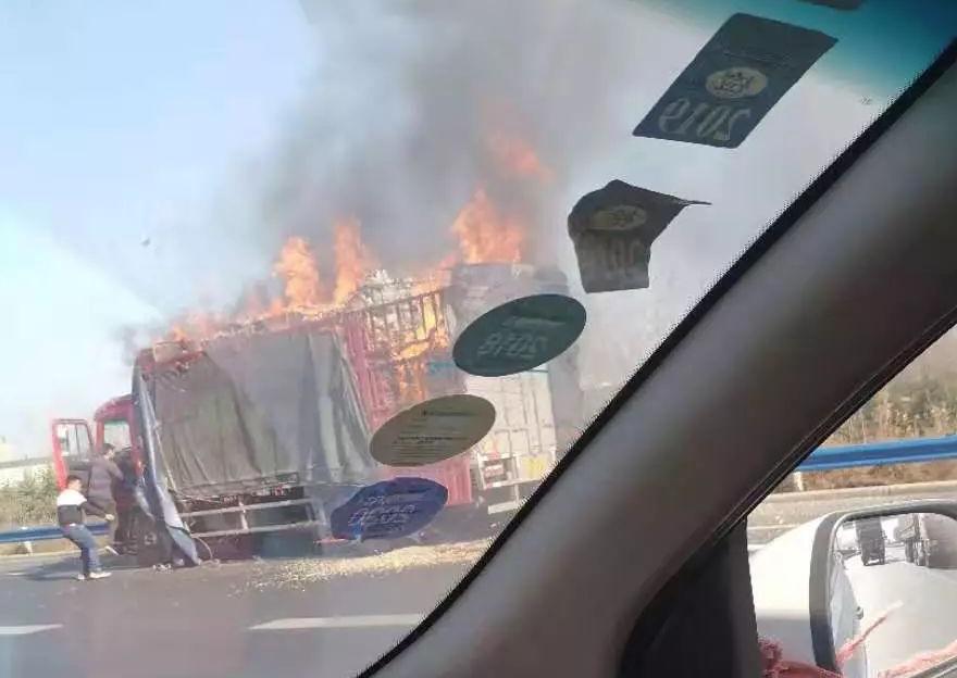 你的快递还好么?京港澳高速郑州段一快递车着火 数百件货物被烧