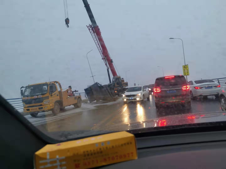 老黄河大桥两车事故,一车掉到桥下,南北双向堵车严重