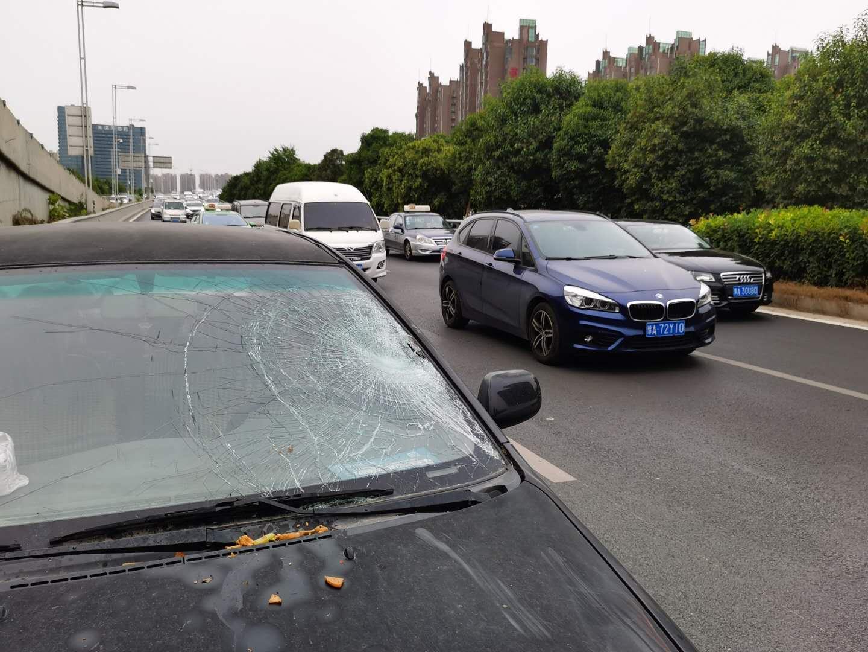 突发!郑州南三环汽车行人发生碰撞 行人已送医