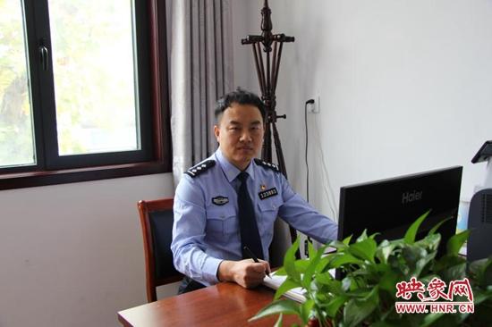 """宝丰县:贫困山区的最美""""警""""色"""