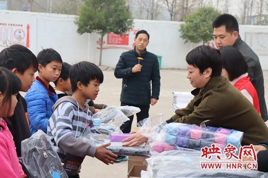 宝丰县:爱心捐赠 情暖校园