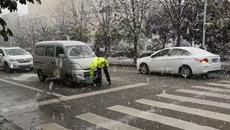 天中裹银装 雪中显真情