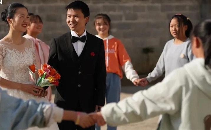 背80斤書上山的侯老師要結婚了