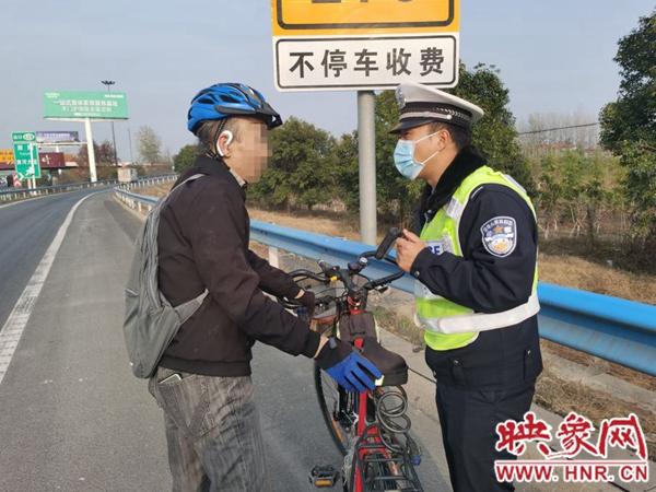 骑行老人误入高速 高速交警一路安全护送
