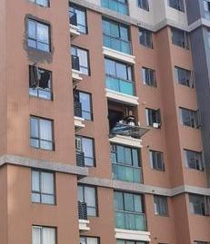 吓人!郑州一小区居民楼疑发生天然气爆炸事故 原因有待进一步调查