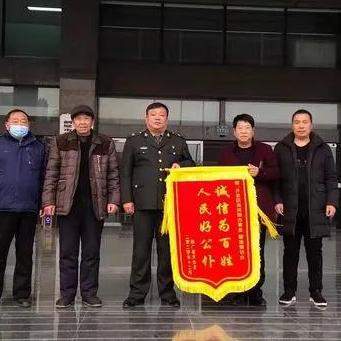 鹤壁市开发区:通暖暖民心 居民送锦旗