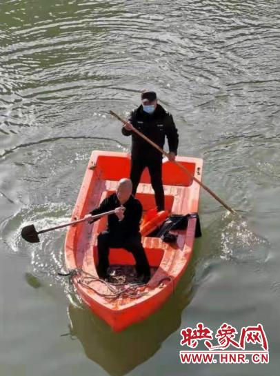 郑州男子患病跳湖轻生 西流湖一保安飞身跃入冰水中救人