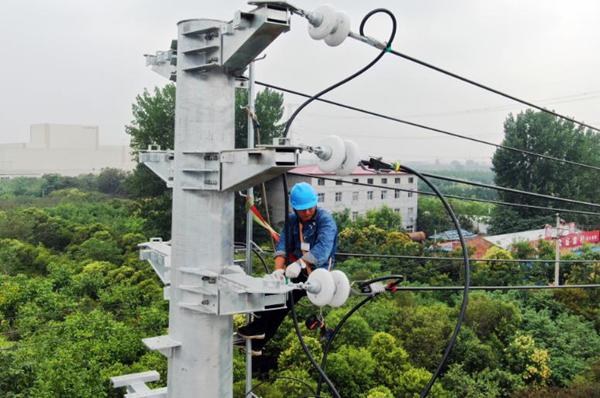 荥阳市供电公司:改造低电压线路 保障夏峰用电