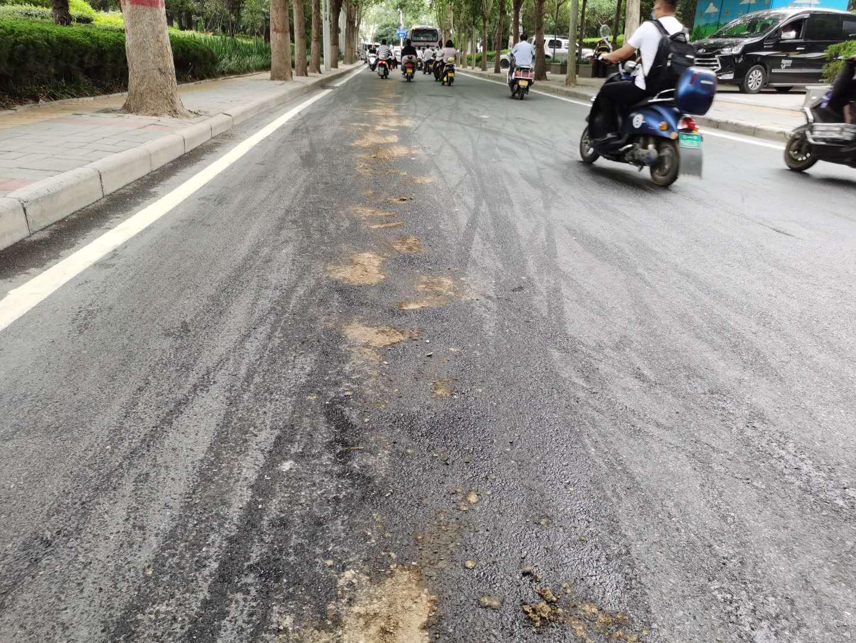 """郑州西三环建设路惊现数百米的""""油带"""" 约10电动车滑倒"""