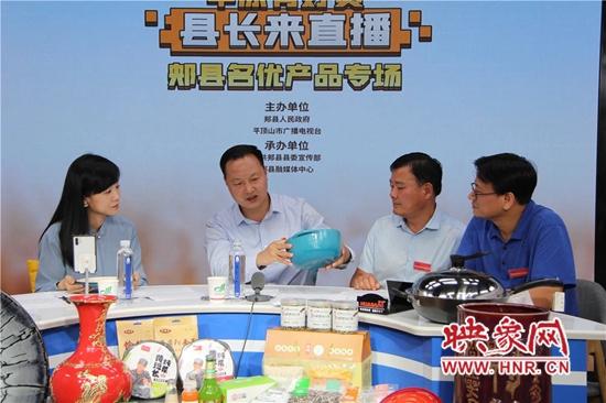 """郏县县长王景育化身""""带货主播"""" 为特色产品代言"""