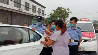 一岁女婴被困车内 汤阴辅警迅速救援