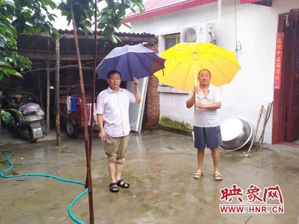平舆县西洋店镇:冒雨走访贫困户 切实保障贫困群众安全