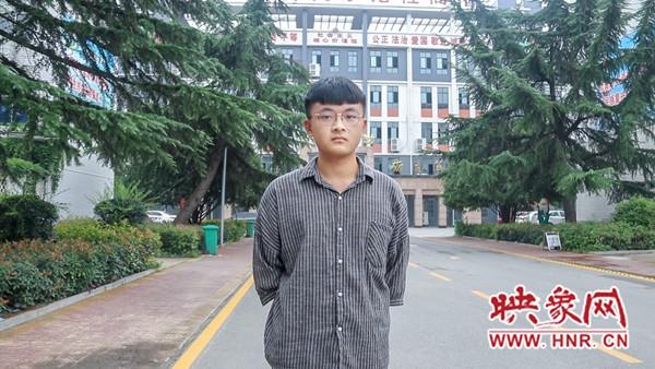 """项城一高学生张驰:从普通成绩到高考697分的""""学霸"""""""