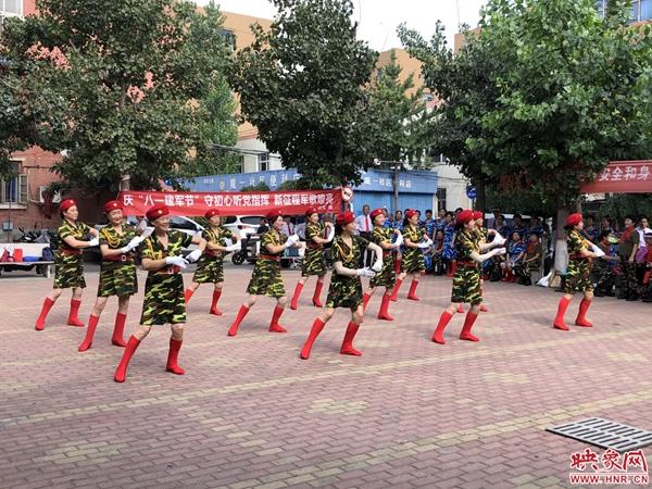 """弘扬双拥传统 郑州一社区唱响军歌迎""""八一"""""""