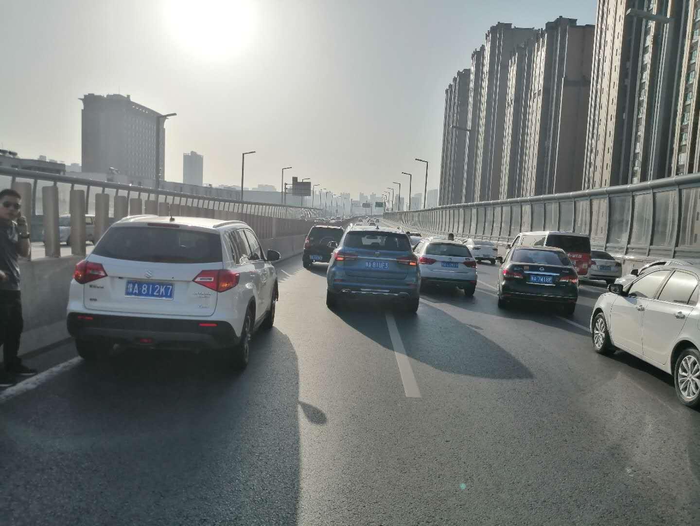 """7月6日早上陇海高架中州大道5车相撞 后方堵成""""停车场"""""""