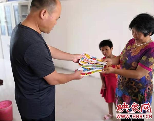 新蔡县宋岗乡:一双绣花鞋垫的故事