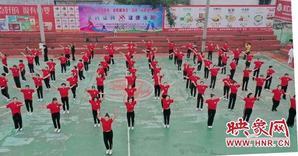 全民健身日泌阳县体育场内矫健的身影舞姿蹁跹